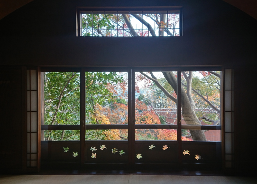 和室汐見窓からの紅葉