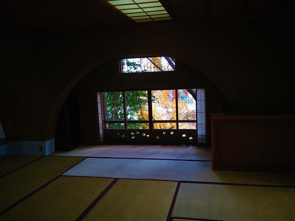 和室からの紅葉風景