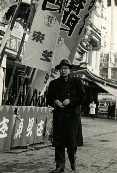 11960頃 歌舞伎座前の大佛次郎
